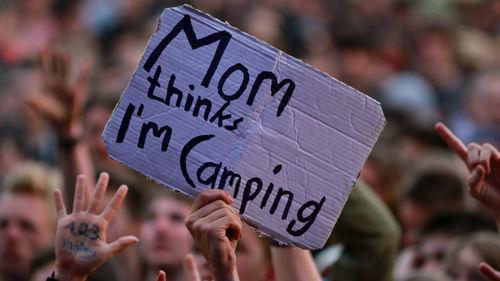 Ebbene, care mamme, quando i vostri figli vi dicono che vanno in campeggio sappiate in anticipo che potrebbero tornare con qualche livido e non perché hanno fatto a pugni con un'iguana.