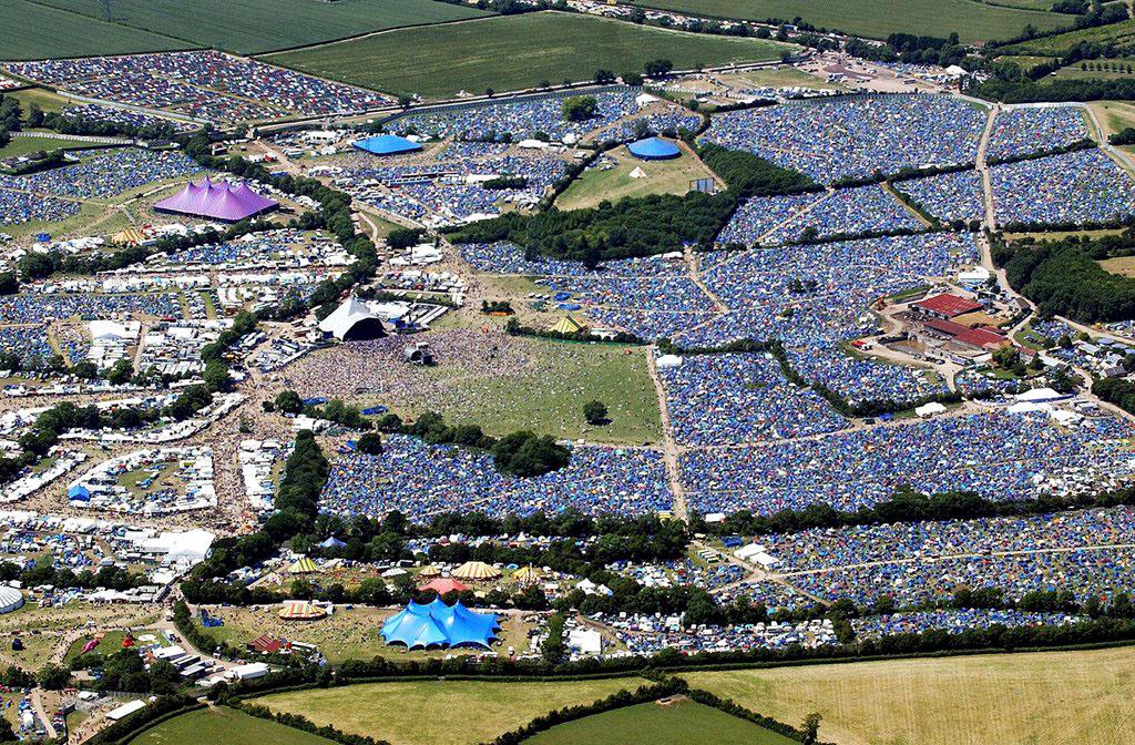 """Un festival visto dall''altro. Questo, nello specifico, è Glastonbury. Vi è più chiaro il concetto di """"cellulare carico"""" e quello di """"marcare la vostra tenda""""?"""