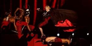 """Ed eccoci giunti alla parte """"rilevante nonché tragicomica nonché fonte di ogni possibile gioco di parole in italiano"""" della serata: l'esibizione di Madonna. Quando ormai stavate per mettervi il pigiama e spegnere il computer, ecco che l'impensabile accade. Il piano era apparentemente semplice: slacciarsi il super mantello per poi farselo togliere da un ballerino in maniera scenografica. Tra chi incolpa l'incapacità di Madonna di sciogliere un nodo, chi accusa il ballerino di tentato omicidio, e i soliti che gridano """"complottoo"""" pensato che sia tutta una messa in scena per far parlare di se, perché, ammettiamolo, il canto del cigno di madonna è finito da almeno mezzo secolo, fatto sta che la caduta è stata davvero brutta MA la regina del pop, da vera professionista, si è rialzata e ha continuato a fare quello che doveva fare, quando invece le vostre madri che hanno più o meno la stessa età sarebbero rimaste a terra agonizzanti."""