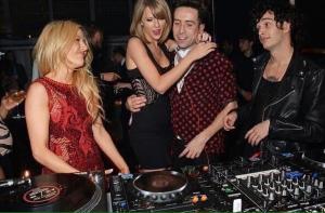 Vi lasciamo con questa foto sapendo che la vera festa c'è stata all'after party, come ben si può dedurre dal loquace scambio di sguardi tra Ellie Goulding e Matty Healy. Siamo in attesa di foto scandalo, anche se sappiamo che purtroppo non arriveranno; l'unica certezza è che chi ha vinto ha bevuto perché ha vinto, chi ha perso perché ha perso, e poi c'è Madonna che ha bevuto per dimenticare la figuraccia (e il dolore provocato dalla caduta).
