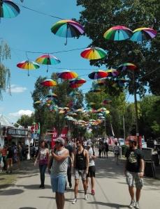 uno dei panorami più instagrammati del festival: il viale con gli ombrelli colorati. Nella remota possibilità in cui non l'abbiate ancora visto, eccolo qua