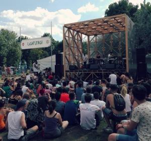 Il Lightstage, uno degli angoli più belli di tutto il festival. Luogo ideale dove rilassarsi con sottofondo musicale praticamente 12 ore al giorno. Nella foto i London Grammar nostrani: i Landlord