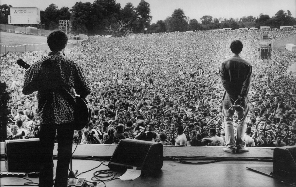 Oasis at Knebworth TAKEN FROM INTERNET http://www.intheflesh.it/musica/alive-and-kicking-un-live-segna-la-storia-part-1/3/